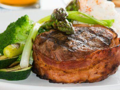 Receta de Filete Mignon Envuelto en Tocino   Este filete de carne va envuelto en tocino y queda muy jugoso. Puede estar listo en menos de 20 minutos.