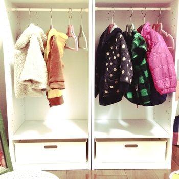 子どもの洋服を収納するのに、カラーボックスは実はとっても便利なんです。作り方は簡単、仕切り版は服のサイズに合わせて一枚にし、上部につっぱり棒を付けて、あとはハンガーで洋服をかけるだけ!簡単に収納棚が完成します。  お子さんも、自分のクローゼットがあれば、嬉しいですね♪