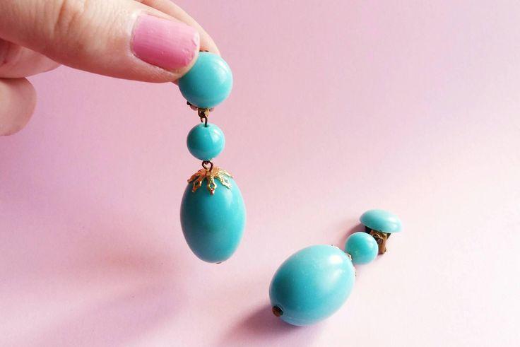 Boucles d'oreilles gouttes pendantes Vintages à pinces, goutte bleu turquoise années 80 - bijoux retro de la boutique Lechapeaumagique sur Etsy
