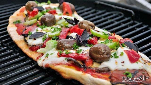 Pizza alla griglia con mozzarella di bufala, peperoni, melanzana, sedano e olive