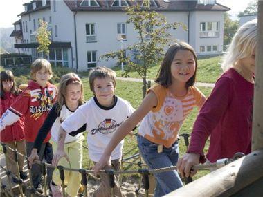 """Die Rehaklinik Waldfrieden für Mütter und Kinder konnte mit der Unterstützung der Deutschen Fernsehlotterie das Kinderhaus """"Murmelburg"""" bauen. Hier haben die Kinder viel Platz zum Spielen, Basteln und Toben."""
