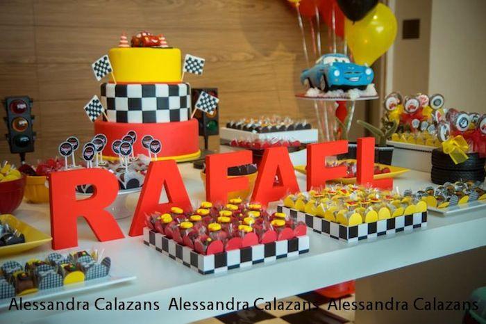 Festa de aniversário Relâmpago McQueen + Cars temático com tais idéias bonitos através de Kara Kara Idéias do partido Allen KarasPartyIdeas.com #lightningmcqueen #carsparty #partydecor #karaspartyideas (26)