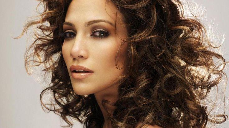 Jennifer Lopez Saç Modelleri Nasıl Yapılır?  Jennifer Lopez kadınların ve özellikle erkeklerin hayranlık duyduğu sanatçılardan biridir. Sesinin güzelliğinin yanı sıra sahne şovları ve giyim tarzı, saç modeli, makyajı ile de takip edilmektedir.