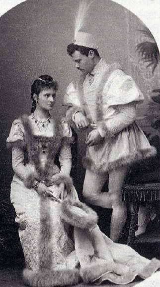 Alix (later Empress Alexandra Feodorovna of Russia) and her brother Ernst of Hesse. Winter 1890-91. Renaissance costumes./ Alix ( después Alexandra Feodorovna) y su hermano Ernst de Hesse durante el invierno de 1980-81 en disfraces renacentistas.