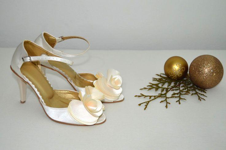 Svatební sandálky ivory. Svadobné sandálky smotanové - ivory / ecru- podľa návrhu klientky. svatební obuv, společenksá obuv, spoločenské topánky, topánky pre družičky, svadobné topánky, svadobná obuv, obuv na mieru, topánky podľa vlastného návrhu, pohodlné svatební boty, svatební lodičky, svatební boty se zdobením,topánky pre nevestu, strieborné svadobné topánky, stříbrné svatební boty