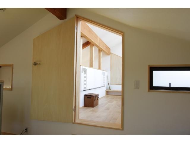 reform of reocc ドアの形は長方形でなくてもいいんです。天井に沿ったこども部屋のドアはとってもキュート! 廊下には、室内物干し!雨の日の洗濯も心配不要ですね。