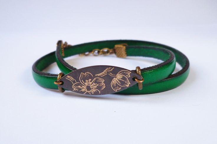 Bracelet en cuir vert.