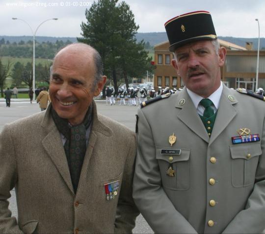 Camerone 2004 Le comédien / chanteur Guy Marchand et un cadre lors de la prise d'armes de Camerone 2004. Photo: Sergent Christophe Da Cruz
