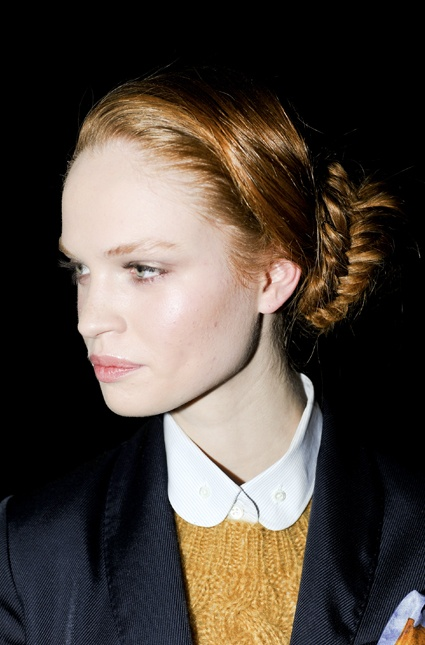 Trenza espigada baja, ideal para mantener prolijidad todo el día, propuesta de Band of Outsiders. #Beauty #Hair