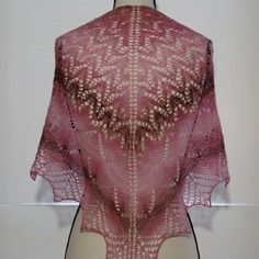 Réservé : châle dentelle en laine mérinos tricoté main rose.
