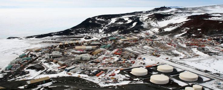 McMurdo Station est une base américaine antarctique située dans le sud de l'île de Ross (77° 51' Sud et 166° 40' Est). Elle sert de port logistique pour la moitié du continent.