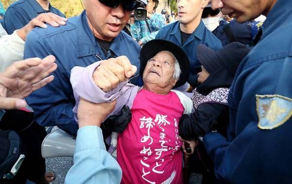 辺野古で政府に排除される人々。これが「本土から来た運動家」に見えますか。 - Everyone says I love you !