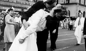 В США умерла медсестра с фотографии поцелуя, ставшего символом победы во Второй мировой войне http://112.ua/mir/v-ssha-umerla-medsestra-s-fotografii-poceluya-stavshey-simvolom-pobedy-vo-vtoroy-mirovoy-voyne-337713.html  Гретта Циммер Фридман умерла в возрасте 92 года от пневмонии