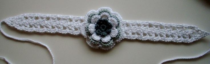 Haarband 2,5cm breed en ongeveer 35cm lang, met strikkoordjes van 25cm lang