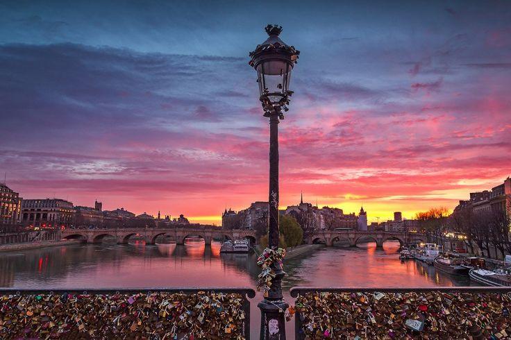 Париж , несомненно, один из самых романтичных мест в мире...  Мост Искусств (Pont des Arts), расположенный в самом центре Парижа, можно назвать мостом влюблённых. Туда любят приходить пары, чтобы повесить замок на ограду моста в знак вечной любви и верности друг другу.  Построенный по приказу Наполеона Бонапарта, мост в 1804 г. был предназначен для пешеходных прогулок. Большинство мостов того времени были застроены домами или использовались для транспорта. Кроме того, Мост Искусств был…