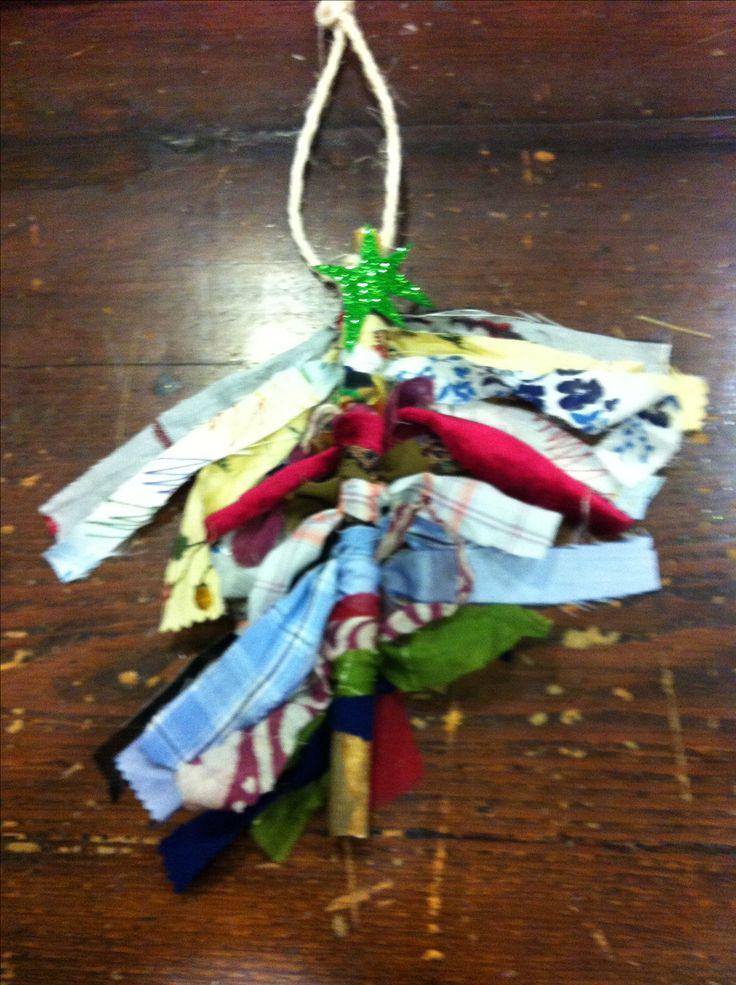 Penjant decoratiu: Troç de branca i tires de robes nuades
