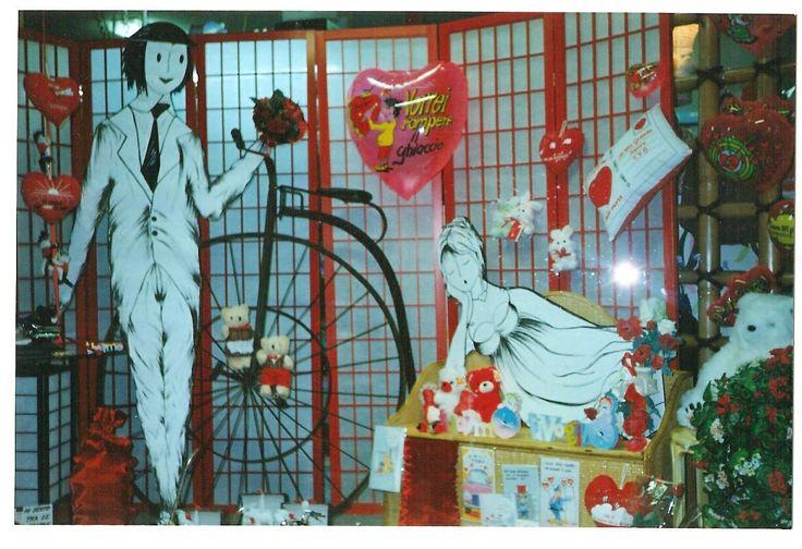 Vetrina di San Valentino per negozio di articoli regalo. Sagome dipinte a mano e allestimento.