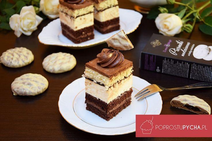 Skąd taka nazwa? Przede wszystkim składa się on z czekoladowego biszkoptu ze szczyptą przyprawy do piernika, musu czekoladowego, masy waniliowej z...