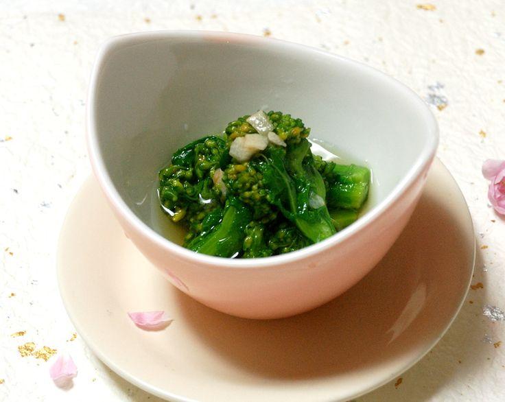 菜の花のおひたしのだし割り醤油に昆布と揚げにんにくを入れました。