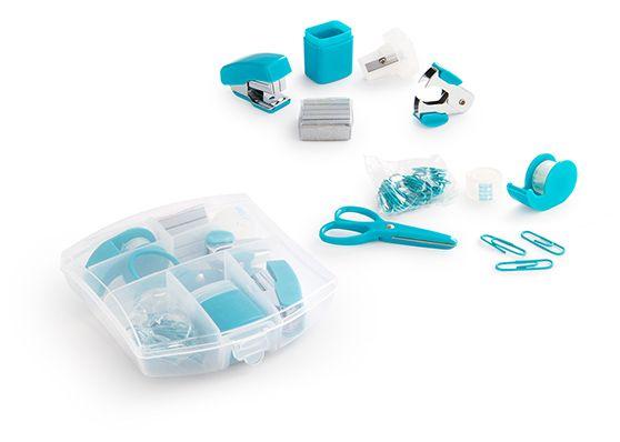 Set de Escritorio Bright., Práctico estuche plástico que contiene 1 una cosedora, ganchos de repuesto x 5, dispensador de cinta adhesiva, rollo de cinta adhesiva de repuesto, clips de colores, saca-ganchos, tijeras, taja-lápiz. MATERIAL: ABS + PP + Metal. MEDIDAS: 10,5 x 10,5 x 2,5 cm. ÁREA IMPRESIÓN APROXIMADA: 8 x 8 cm. MARCA: Tampografía con Tratamiento. EMPAQUE: 144 sets en bolsa individual. Caja máster de 47 x 35 x 43 cm. Peso 18,5 kg.