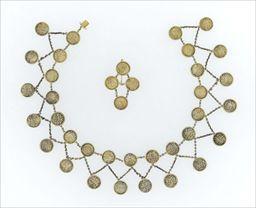 Parures et bijoux des musées nationaux de Malmaison et du palais de Compiègne, notice - Demi-parure «à piastres» (collier et une seule boucle d'oreille)