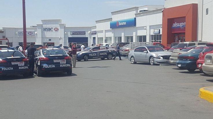 <p>Chihuahua, Chih.- Sujetos armados a bordo de un vehículo Volkswagen Negra de color gris dispararon en repetidas en contra de un hombre que iba en
