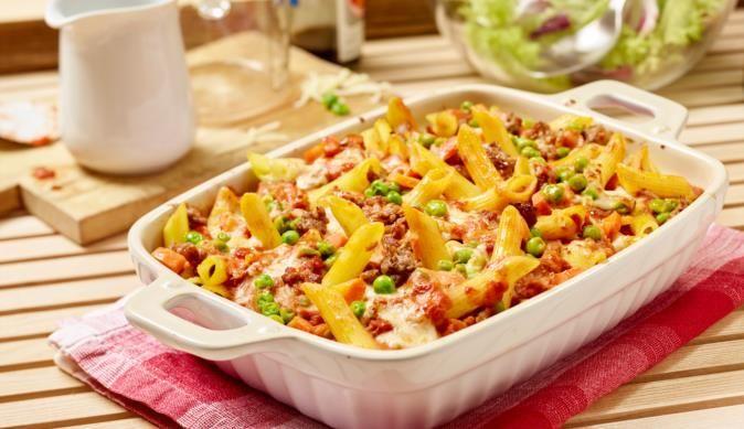 Hackfleisch, Erbsen, Karotten und Nudeln sind die leckeren Zutaten für diesen bunten Auflauf.