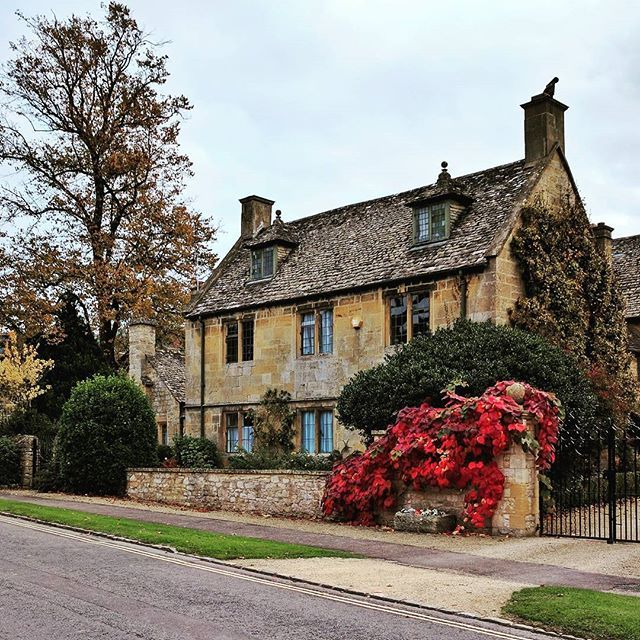 Autumn can't get prettier than this. #autumncolours #autumn #fall #beautiful #colour #cottage #cotswolds #broadway
