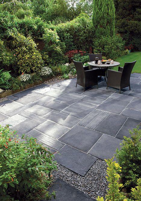 Příjemné a stinné zákoutí dotvoříte výběrem povrchu terasy. Ten by měl harmonizovat nejenom s domem, ale i stylem zahrady. Například betonová dlažba Bradstone Blue Lias je inspirovaná starobylou atmosférou. Cena je od 998 Kč/m^2 ; Semmel Rock