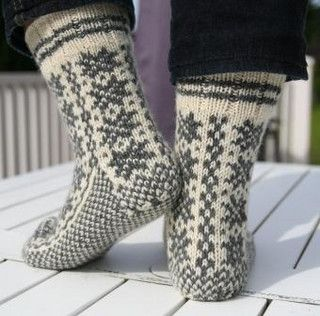 at http://www.ravelry.com/projects/Monai/selbusokker