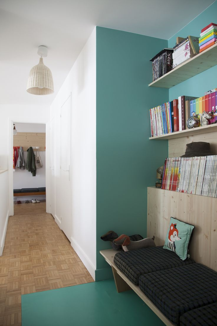 """Un """"cosy corner"""" monochrome pour animer le long couloir blanc / Archi : ATELIER PREMIER ETAGE"""