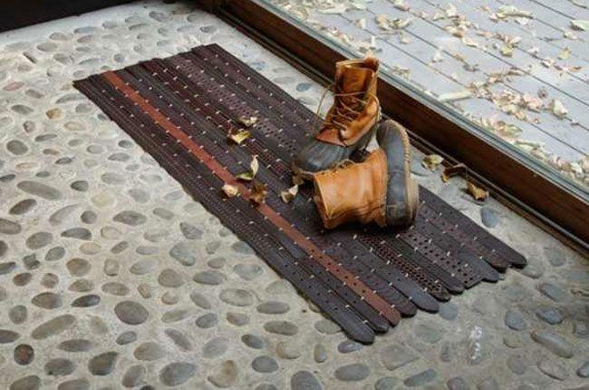DIY. reuse. Old Belts becomes a carpet. Translate from Swedish. /// Ge kasserade bälten nytt liv. Kasta ihop många i bredd med tunna läderremmar så får du en snygg hallmatta.