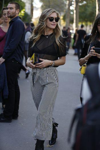 Street Style PFW by LeoFaria @streetstylemood calça listrada, blusa transparente, sutiã preto, streetstyle, streetstylemood, leofaria, parisfashionweek