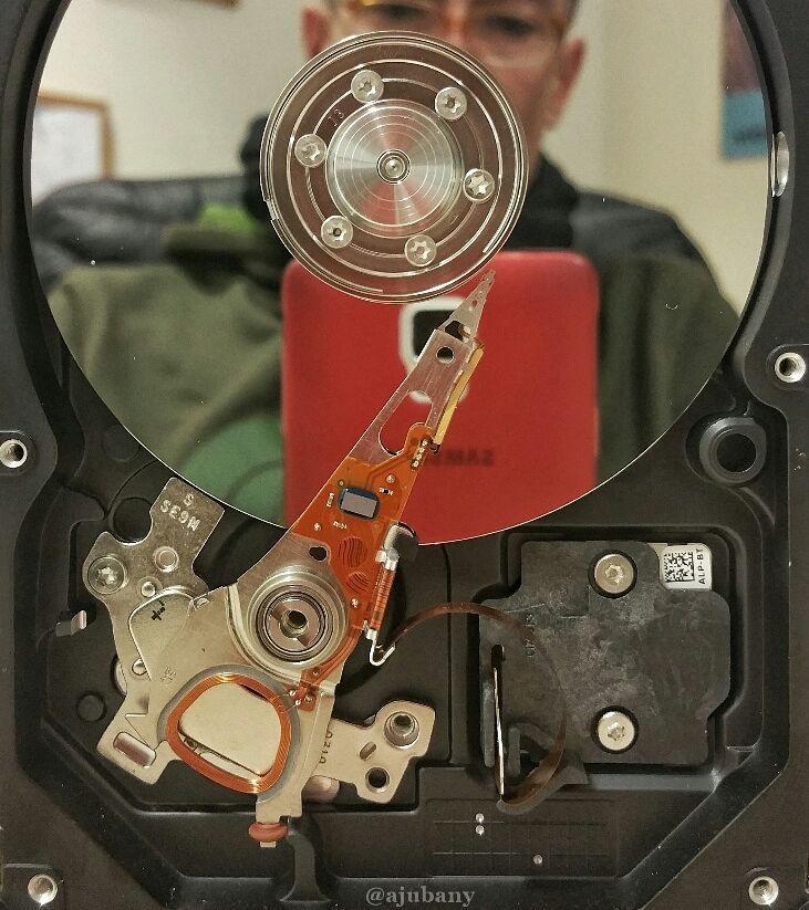 Interior d'un disc dur que no és SSD
