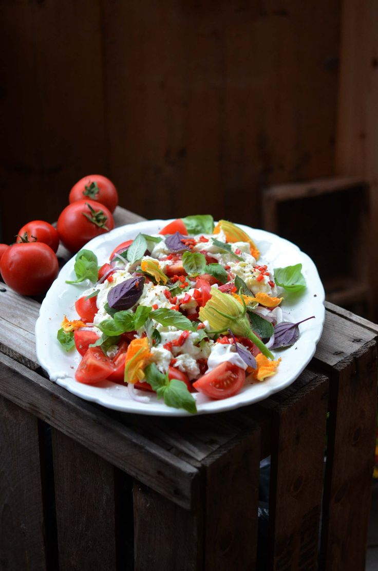 Härligt recept på caprese med blandade örter och zucchiniblommor