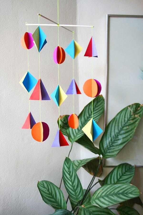 Make a colorful mobile.: Geometric Paper, Diy Geometric, Colors Mobiles, Paper Mobiles, Diy Mobiles, Kitiya Palaska, Baby Rooms, Paper Crafts, Kids Rooms