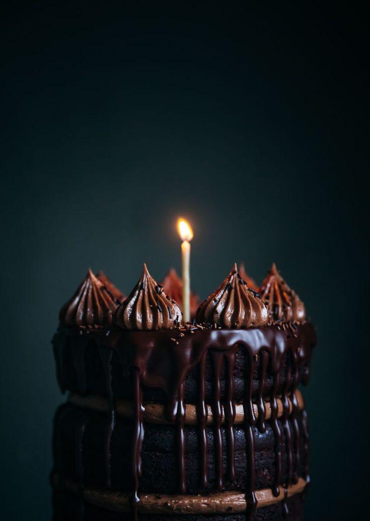 Chocolate cake with chocolate hazelnut frosting med tårtljus av bivax