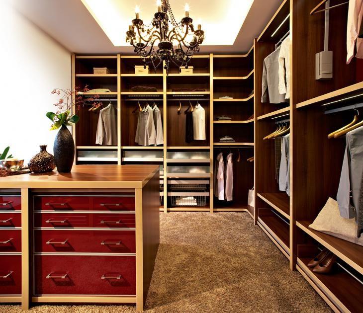 """...und wenn es nicht ganz so feminin sein soll: Cabinets Schrankprogramm """"Pinato"""" und """"Vario"""" gibt es in unterschiedlichen Beschichtungen und Farben. Hier ganz elegant mit glänzend polierten Furnierblättern in L-Form."""