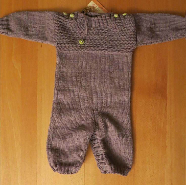 Babystrampler aus 100% grauer Bio-Merinowolle (GOTS Zertifikat) für 6 Monate. Der Schritt ist mit Druckknöpfen zu schließen und zu öffnen für einen problemlosen Windelwechsel.