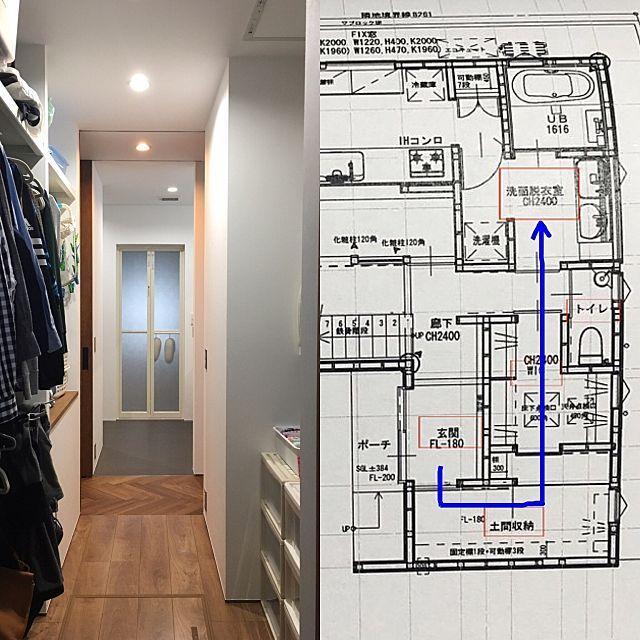 の家事動線/WIC/SIC/土間収納/シューズクローク/部屋全体…などについてのインテリア実例を紹介。「土間収納から洗面脱衣室を眺めた図。 この家族専用裏動線が本当に便利。 玄関(ただいま) ↓ 土間収納(靴を脱ぐ。アウターをかける) ↓ WIC(カバンを置く。部屋着に着替える) ↓ 洗面脱衣室(うがい。手洗い) ↓ キッチン 主人は朝ごはんを食べないので 2階寝室(覚醒) ↓ 階段 ↓ 洗面脱衣室(洗顔、歯磨き) ↓ WIC(着替える。カバンを準備) ↓ 土間収納(アウターを着る。靴をはく) ↓ 玄関(出発) リビングにも入りません 笑 動線の一部にWICがあるので出発ついでに身支度ができます。 今は寒いので私はリビングで着替えますが、出発するときにパジャマを持って行くので、リビングに服やカバンが散らかることがなくなりました(о´∀`о) 洗濯もラクチン。 洗面脱衣室(洗濯) ↓ サンルーム(干す) ↓ WIC(片付ける) 基本はハンガーにかけたまま収納なので、パパっと片付きます。下着とタオル...