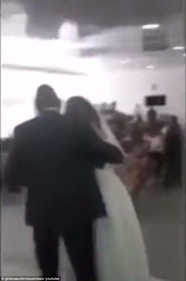 frou-frou-news: Ερωμένη εμφανίζεται με νυφικό στο γάμο του καλού τ...