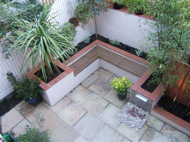 Small urban and courtyard garden modern garden the for Small planting bed ideas