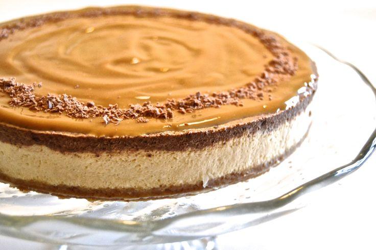 Cheesecake+er+jo+som+et+stykke+af+himmelen!+:+D+det+her+er+den+allerførste+cheesecake,+jeg+nogensinde+har+lavet,+og+hvis+jeg+selv+skal+sige+det,+lykkedes+den+ret+godt,+og+den+var+også+overraskende+nem+at+lave!+nede+i+opskriften+har+jeg+skrevet+et+lille+trick+til,+hvordan+…