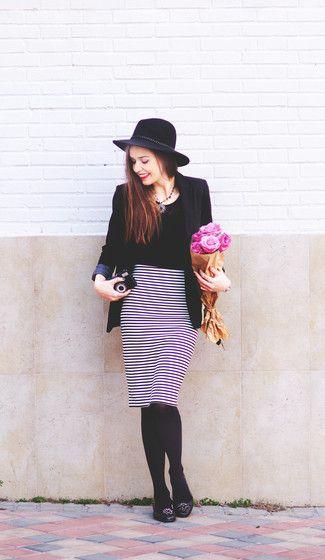 Ponte un blazer negro y una falda lápiz blanca y negra para una apariencia fácil de vestir para todos los días. Si no quieres vestir totalmente formal, complementa tu atuendo con bailarinas de cuero con adornos negras.