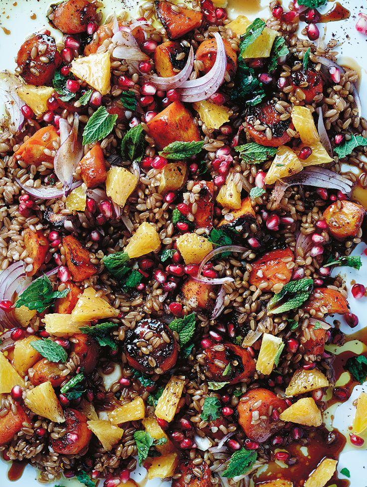 Arabische speltsalade met wortel, munt, granaatappel en sinaasappel