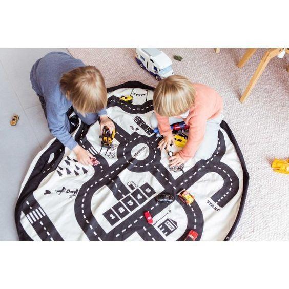 Esta genial bolsa de tela y manta de juegos con un divertido estampado de un circuito de coches es uno de los mejores inventos para mantenerlo todo ordenado en cuestión de segundos. Se trata de una bolsa tipo saco 3 en 1. Primero se abre totalmente y s