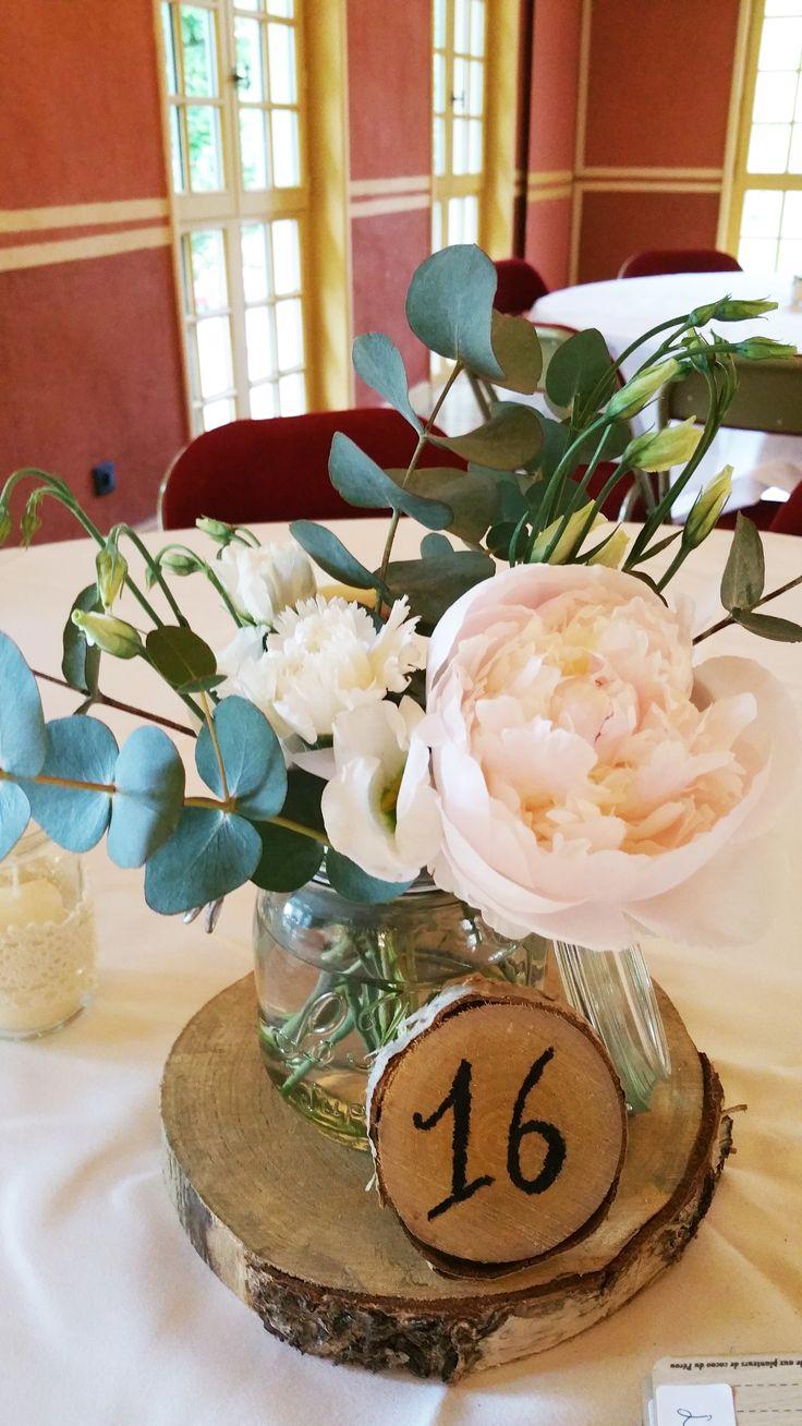 Centre de table champêtre avec bouquet de pivoines, eucalyptus, lisianthus, oeillet... Lyon / par Déco Ré Majeur