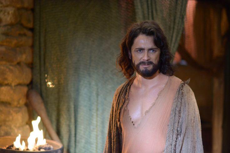 Petrônio Gontijo está irreconhecível no papel de Arão, irmão de Moisés, na novela 'Os Dez Mandamentos', que tem sido um grande sucesso de audiências na TV Record.