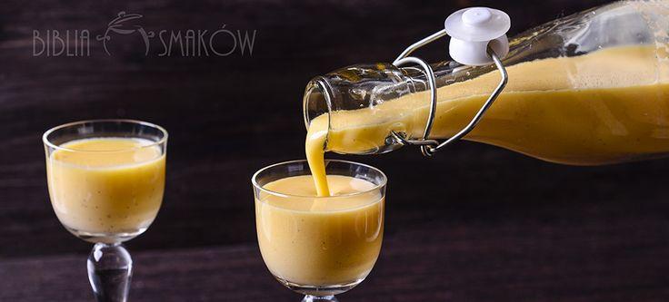 Ajerkoniak - ulubiony likier naszych babć i kogel-mogel w wersji dla dorosłych. Często przy pieczeniu zostają nam żółtka, np po pieczeniu pavlowej - warto je wykorzystać do produkcji likieru.