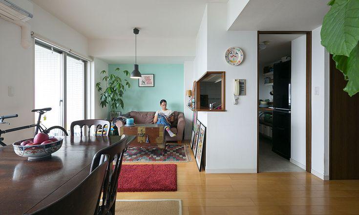 慣れ親しんだ海の近くに 神奈川県逗子市。小坪マリーナに隣接する築25年ほどのマンションに暮らす、恩田ルーシーさんを訪ねた。 リビング・ダイニングに足を踏み入れると、窓の向こうには、遮るものなく壮大な海が広がっている。眺めが気に入って選んだこのマンションに暮らし始めて5年が経つ。別荘として使っている人も多く、休日や夏期以外はとても静かなのだという。 葉山で生まれ育ったルーシーさん。社会人になってからは、渋谷や目黒で暮らしていたこともあったという。「住めば都で、都心の生活も便利で楽しかったんですよ。でも海の近くに戻ってくると、やっぱり落ち着きますね」 住み始めてしばらくは都内の勤務先に通勤していたが、資格を活かして、2015年から住まいの一室でアロマトリートメントのサロン「Herba」をスタート。お客さまが来るときはリビング・ダイニングの隣にある和室にマッサージベッドを置いて、施術室として利用している。 リビング・ダイニングの横に和室がある、標準的なファミリータイプの間取り。 「毎朝、起きてすぐに海と富士山をチェックします。」…